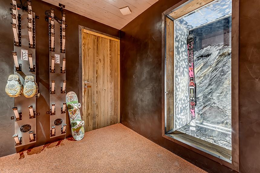 Chalet Banksy Tribute – Skiroom